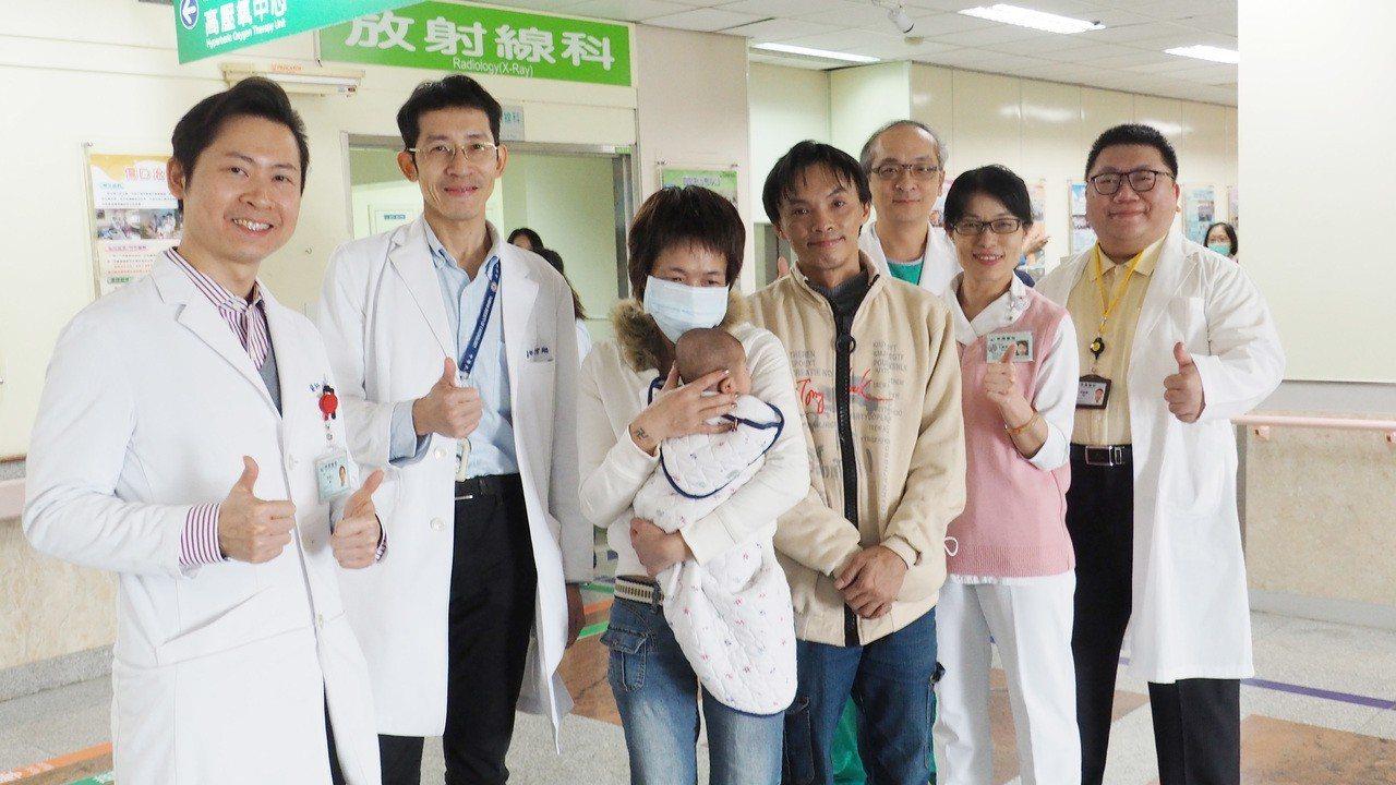 瀕臨死亡的早產兒,經過衛生福利部桃園醫院醫護團隊搶救,成功存活並順利出院。記者許...