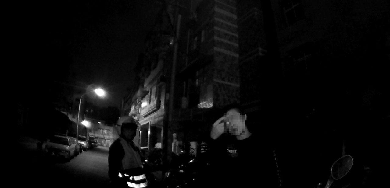 邱姓男子(右)前晚酒醉倒坐路邊,對於警方上前關心竟涉動粗。記者林伯驊/翻攝