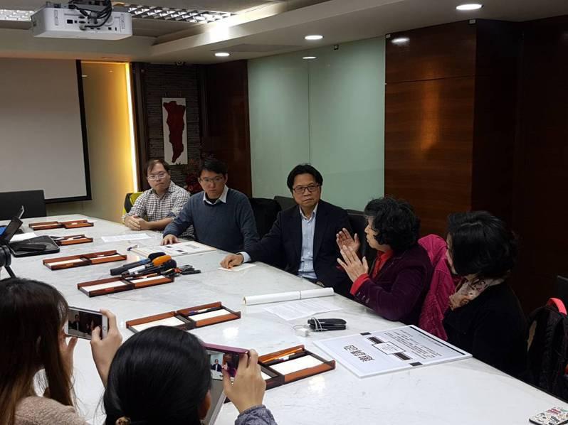 教育部長葉俊榮(中)與台大師生面對面討論校長遴選案。記者吳佩旻/攝影