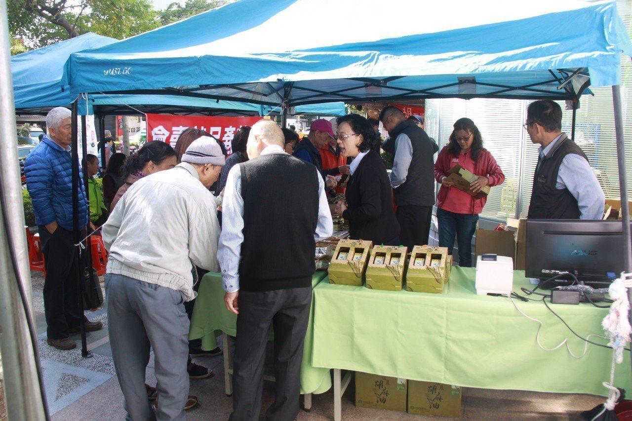 胡麻展售推廣會準備千份麻油雞及油飯免費品嘗,以及在地農特產伴手禮,讓民眾可以到場...