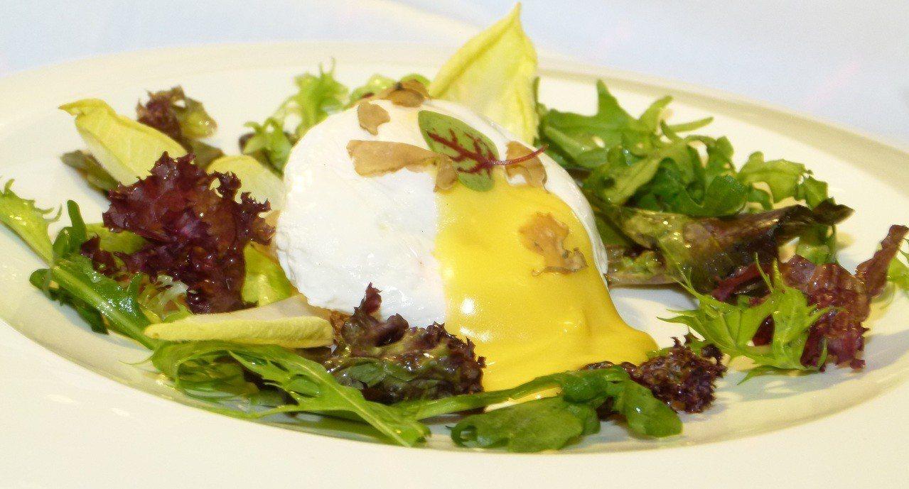 水波蛋綜合生菜佐荷蘭醬屬於經典菜色。記者鄭國樑/攝影