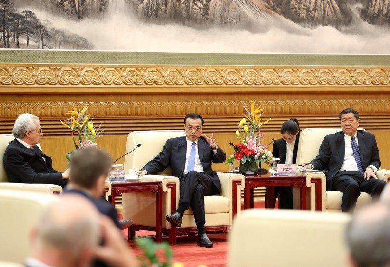 大陸國務院總理李克強17日會見出席第三屆「讀懂中國」國際會議的各國外賓。(取自《...