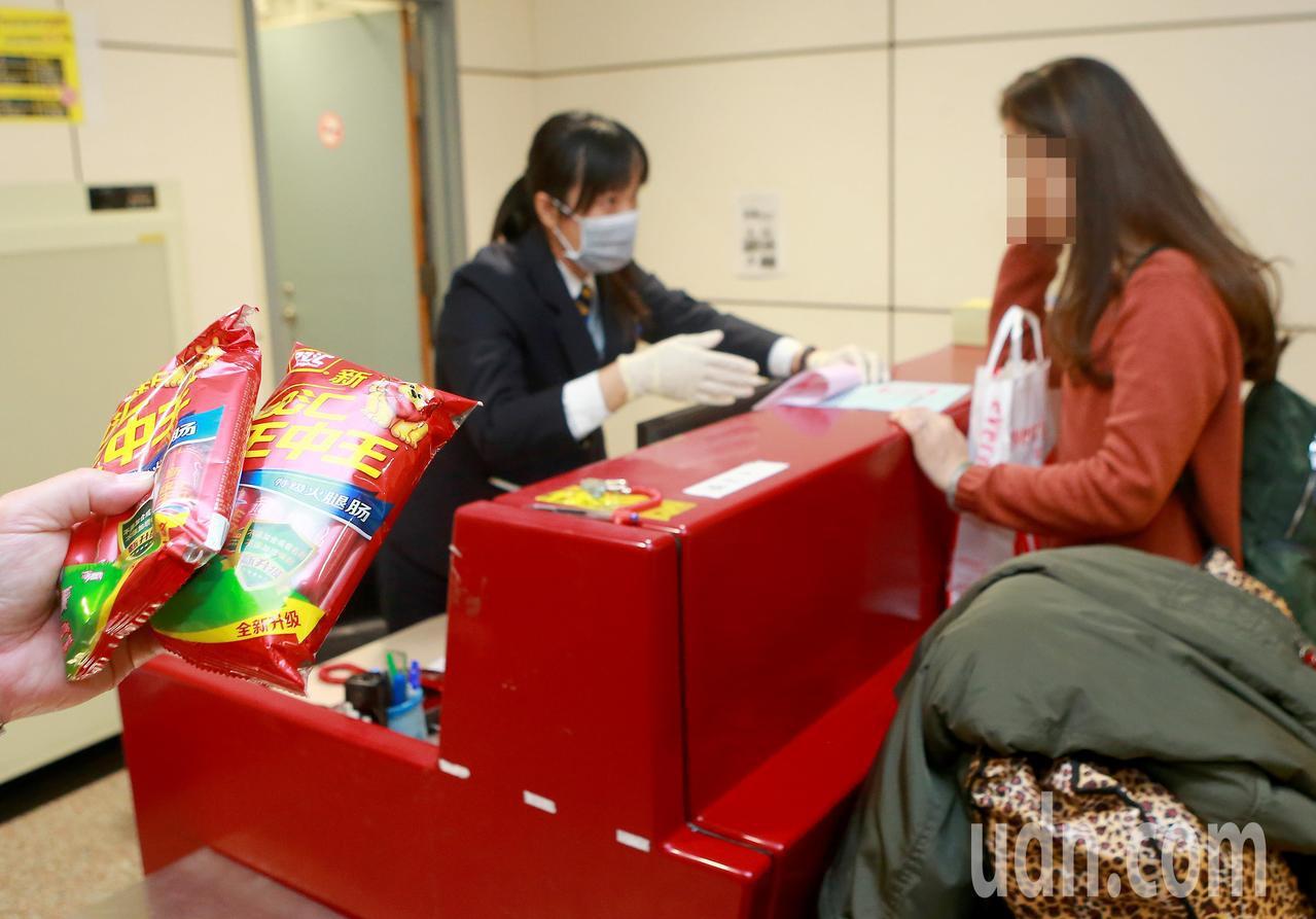 從大陸嫁來台灣的陳姓女子(右)返鄉省親,18日下午搭機返抵桃園機場,被海關查獲夾...