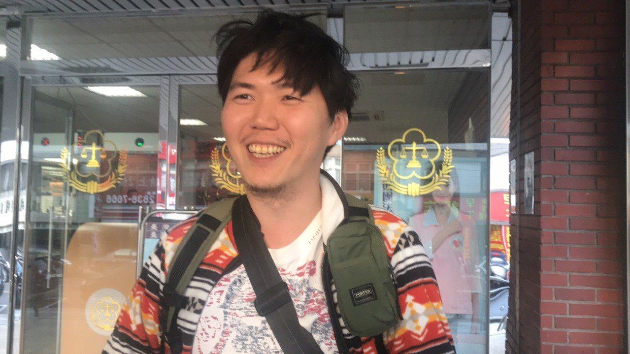 今日「護鯊哥」施伯翰再度出庭,承認去年7月從上海寄出包裹,辯稱是護鯊的行為藝術,...