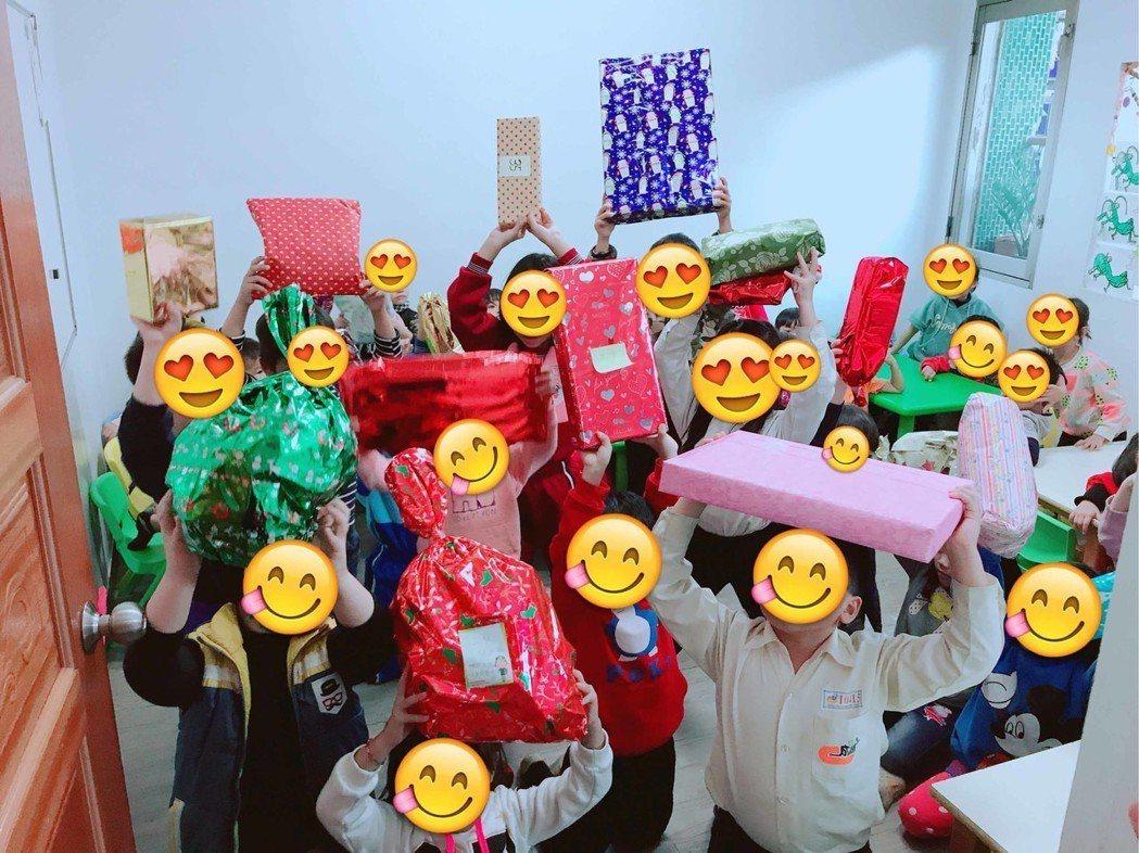 小朋友開心收到耶誕禮物。圖/達騰娛樂提供