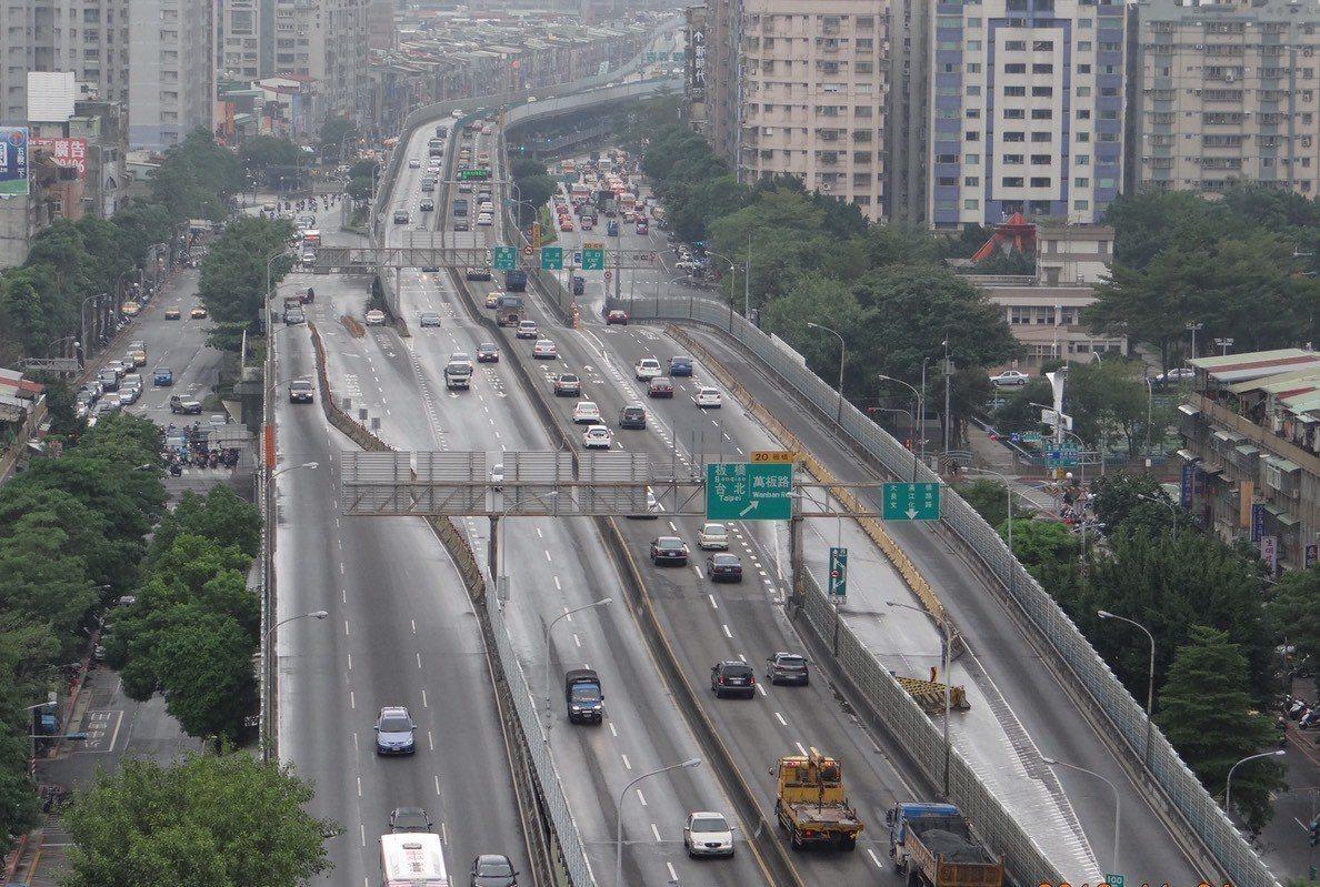 台64線因有大型重車經過,造成高架橋震動低頻共振,經過住戶多次抗議,雖限重20噸...