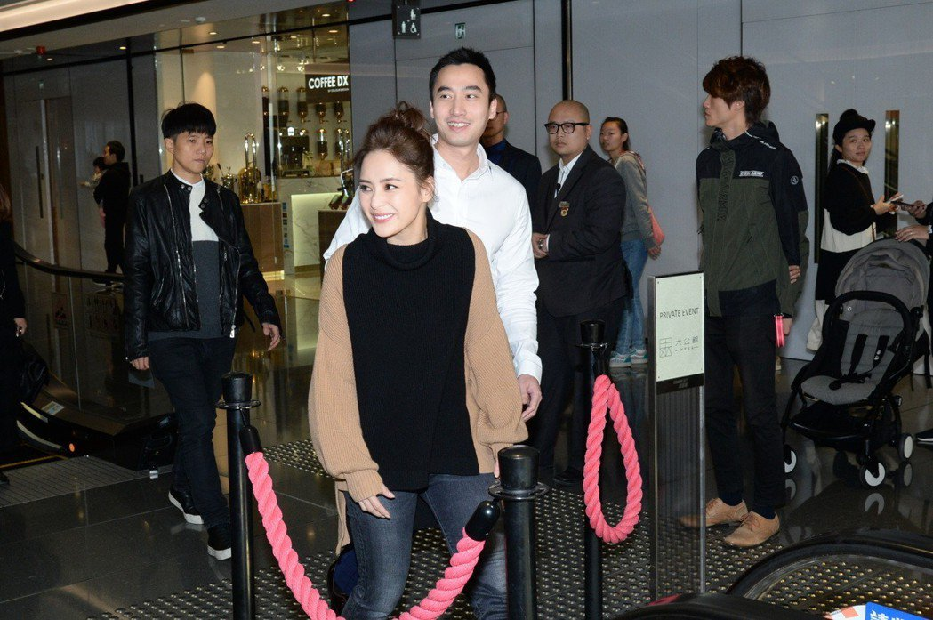 鍾欣潼(左)和賴弘國註冊結婚。圖/CFP
