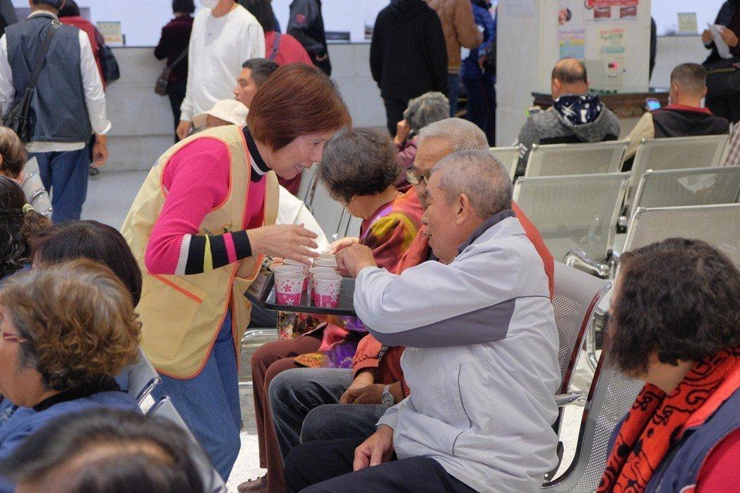 媽祖醫院推出中醫周並提供消脂茶與冬補食品給醫院民眾品嚐。記者蔡維斌/攝影