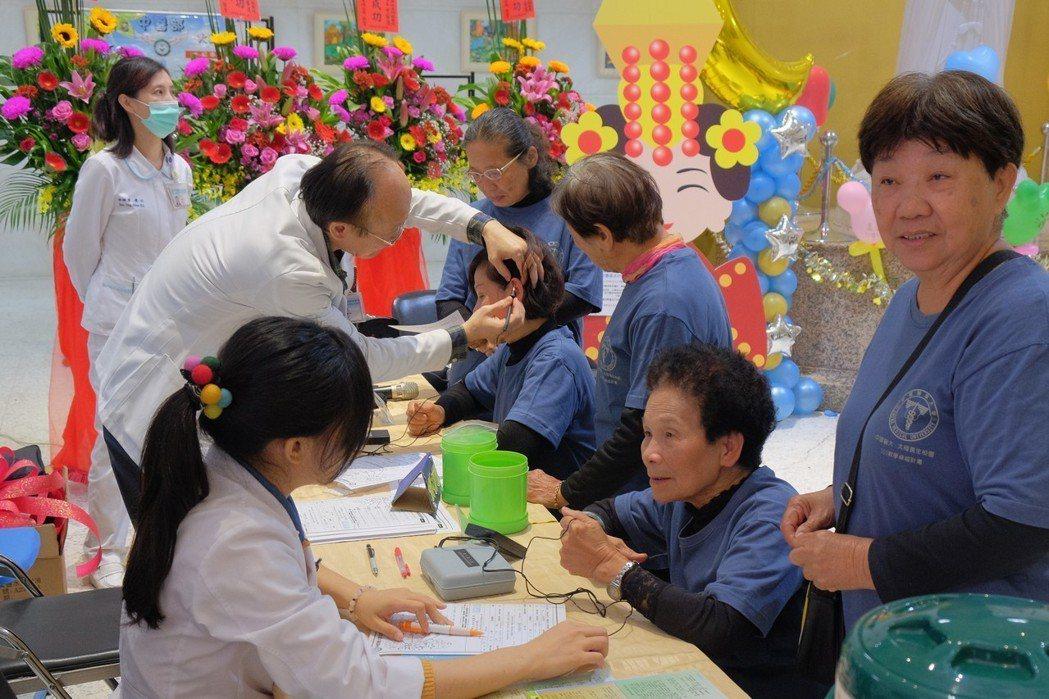 北港媽祖醫院中醫師用耳穴檢測器為民眾檢查並依患者病症埋耳針,為民眾進行中醫保健。...