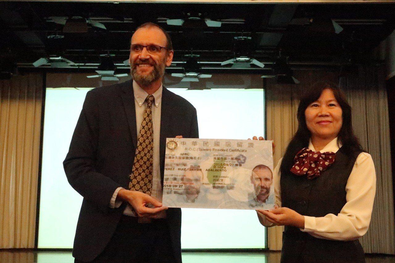 內政部移民署頒贈外僑永久居留證「梅花卡」給文藻外語大學教授魯四維(左),表彰其在...