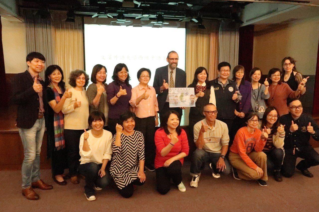 文藻外語大學的師生恭喜魯四維獲頒「梅花卡」。 記者徐如宜/攝影