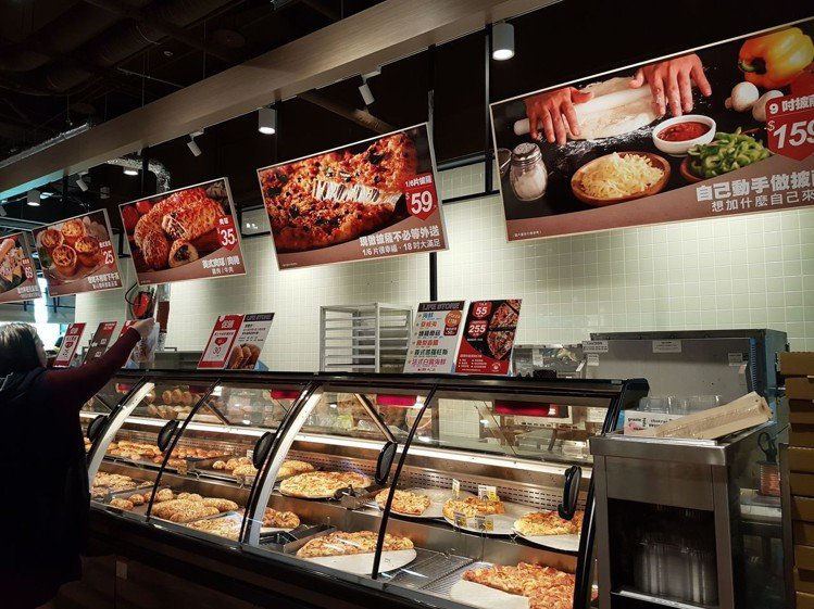 大潤發Life store生活店熟食區提供多樣化的現做中西餐點。圖/記者何雅玲攝