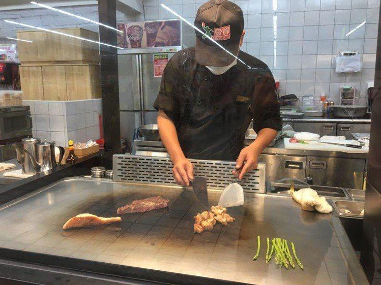 量販賣場推出主廚代客烹調現挑食材的服務。圖/愛買提供