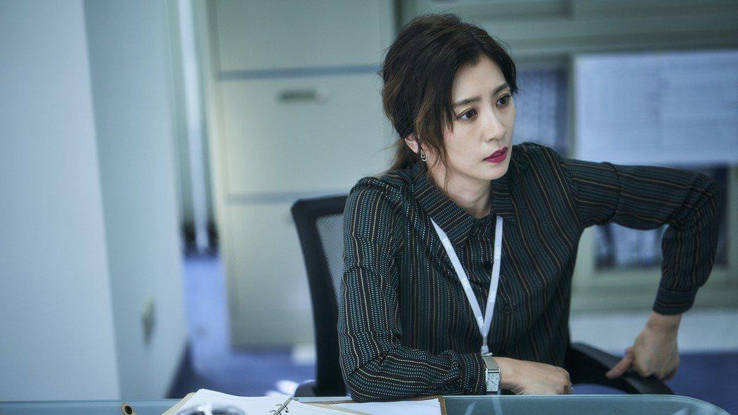 賈靜雯扮演霸氣新聞部主管,經常對下屬發飆。圖/公視提供