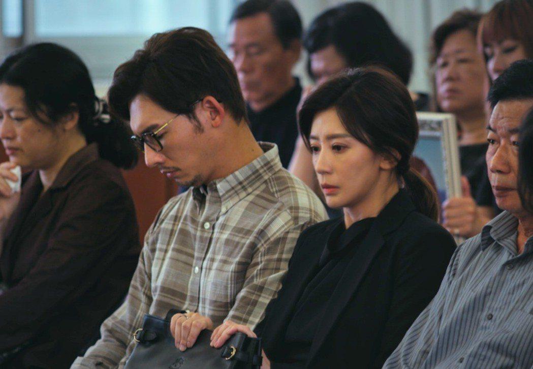 賈靜雯(右)與溫昇豪劇中夫妻關係漸行漸遠。圖/公視提供