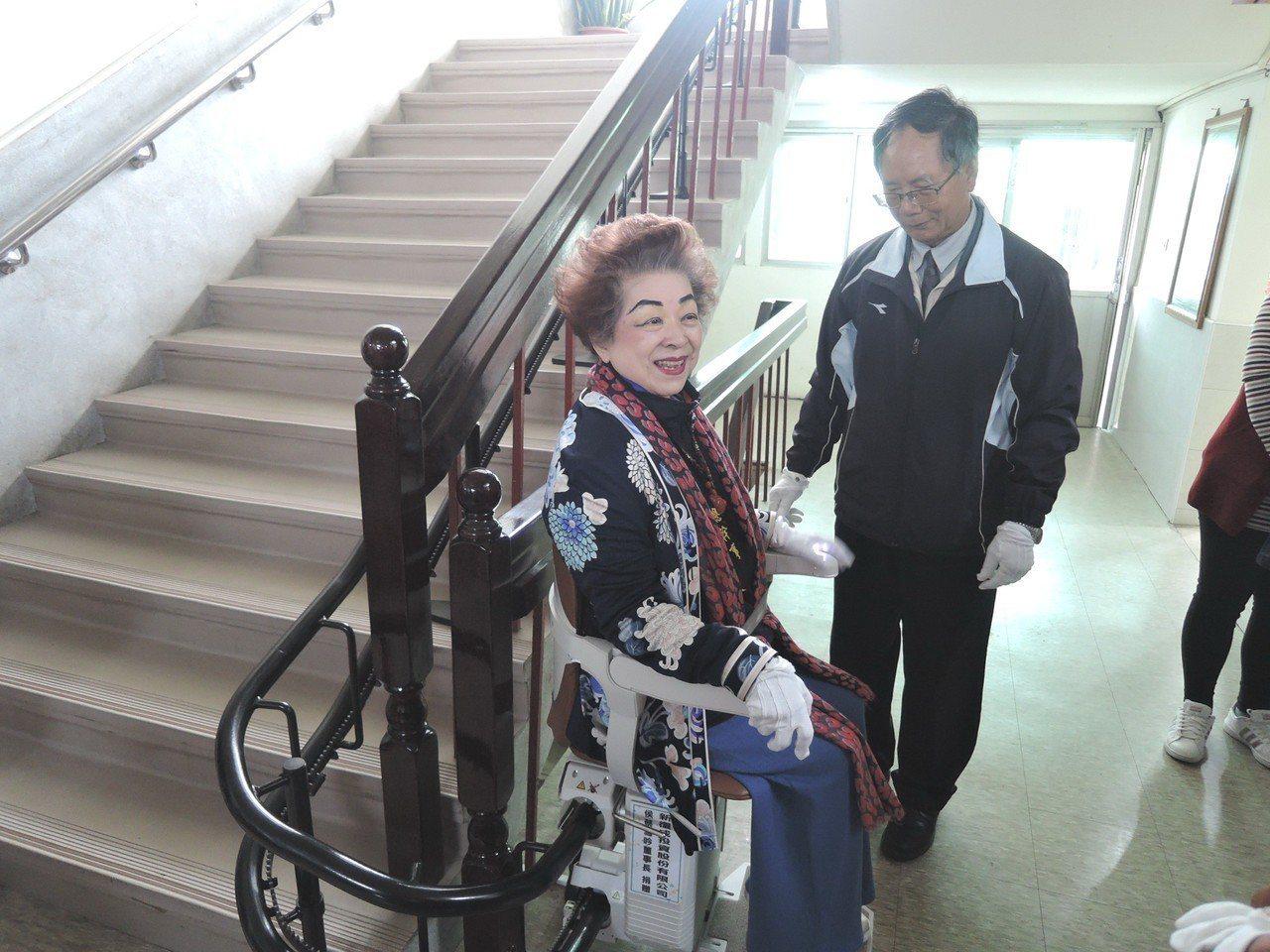 台南市北門區公所新裝設升降梯,行動不便者上下樓梯更方便。記者謝進盛/攝影