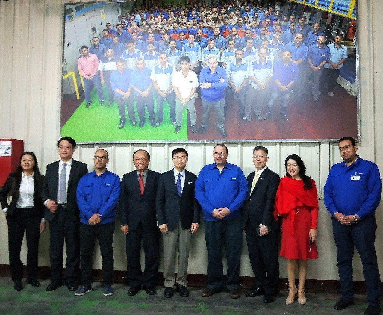 貿協董事長黃志芳(中)率領團員參訪埃及ELARABY集團家電工廠。圖/貿協提供