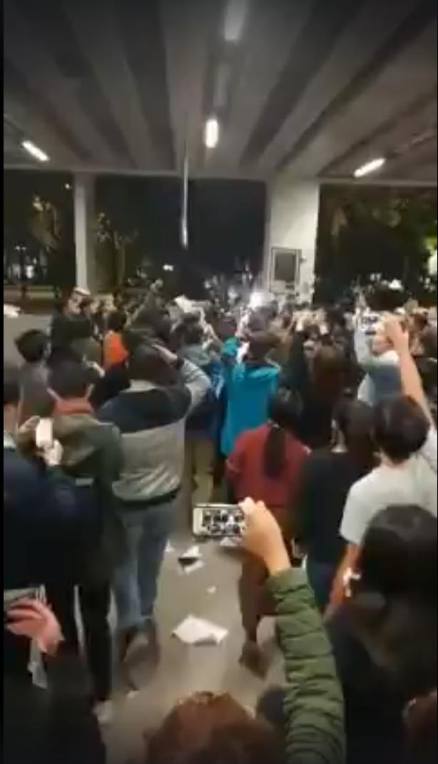 前行政院長江宜樺被人群包圍,狼狽步出會場結束演講。圖/擷取自周安履臉書直播