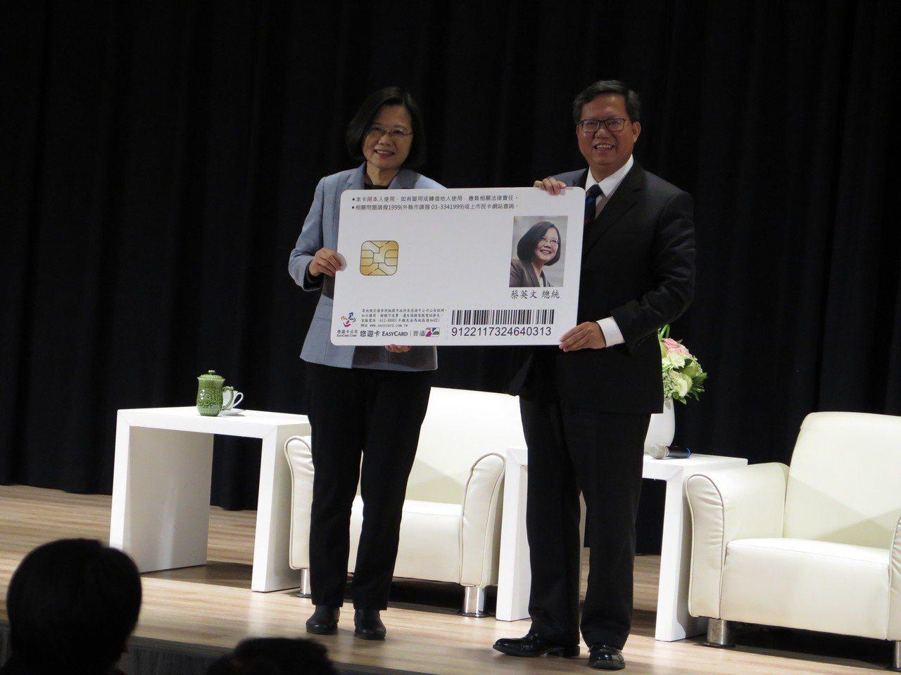 桃園市長鄭文燦送給總統蔡英文一張桃園市民卡,印製總統臉書大頭照。記者張裕珍/攝影