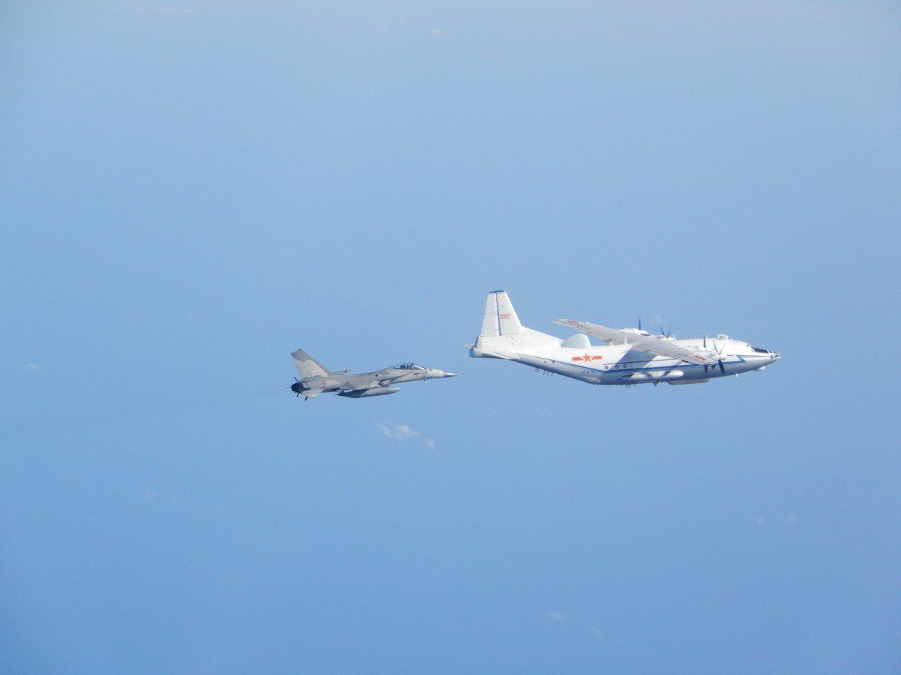 來自空軍第一聯隊(台南基地)的經國號戰機,近距離監控共軍運8電戰機。圖/國防部提...