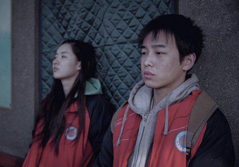 本屆金馬獎最佳影片「大象席地而坐」,敲定明年1月11日在台上映。由於大陸片在台灣多半賣座不理想、「大」片又長達近4小時,每天能上映的場次不多,外界都不敢對賣座情況太樂觀。不過取得發行權的片商砸下同業...