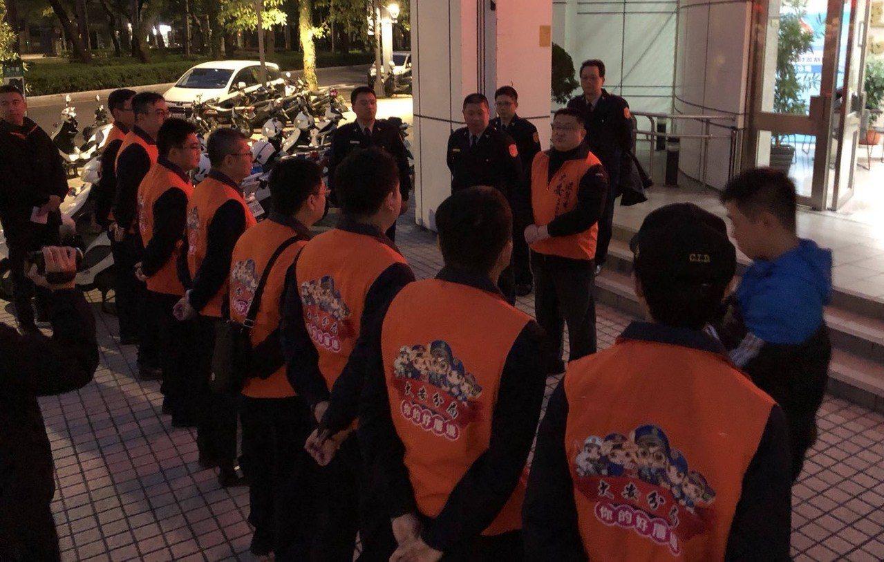 台北市警局大安分局為宣導反詐騙,今(18)清晨5時許自分局出發到大安森林公園、成...