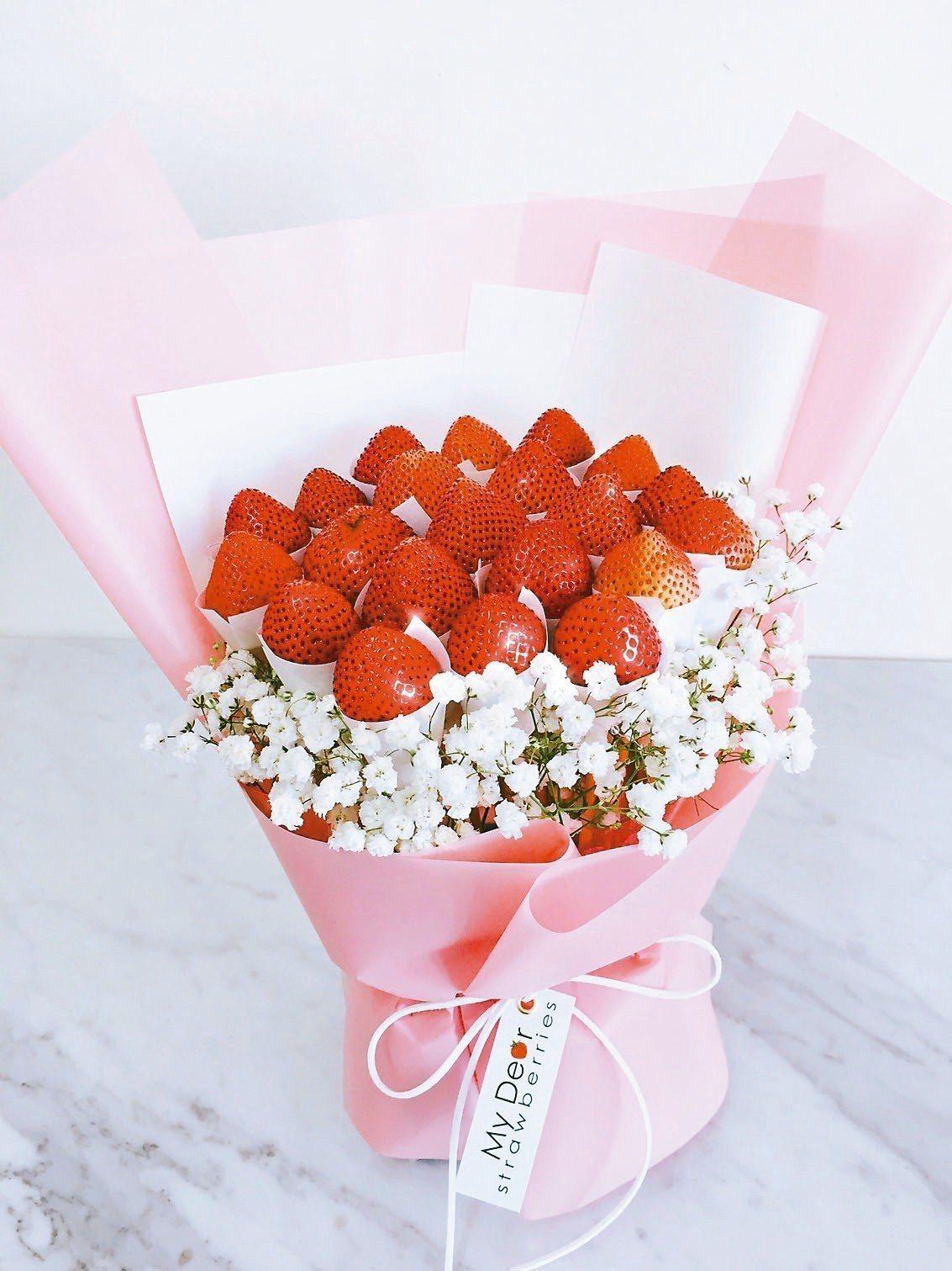 SOGO忠孝館耶誕市集,草莓花束特價1,999元。 圖/SOGO提供