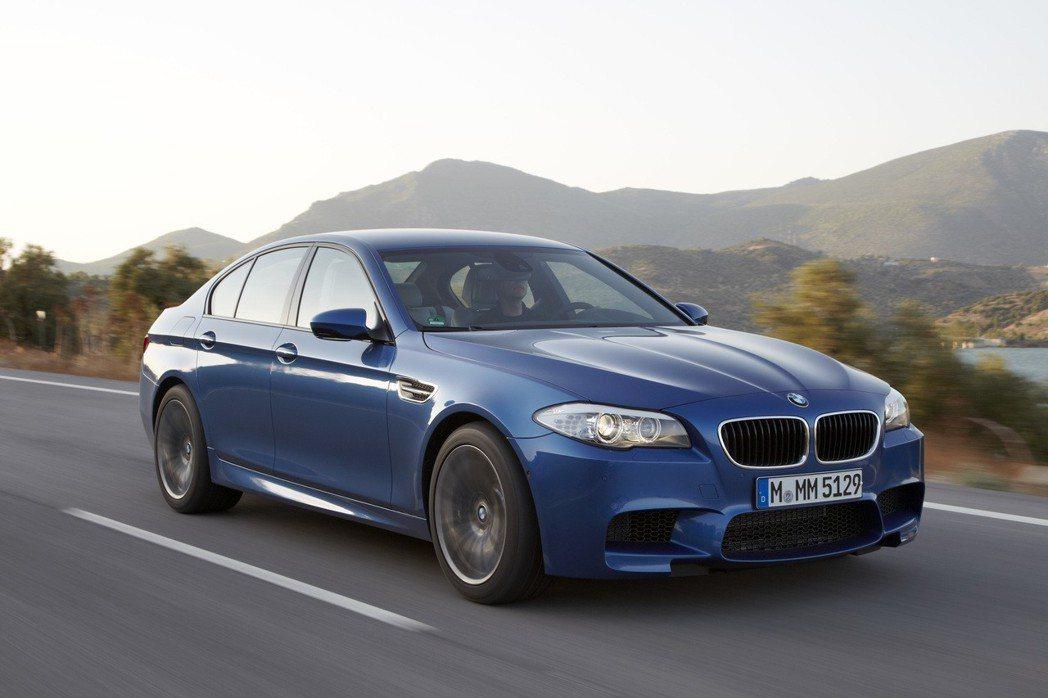 據《蘋果日報》報導,該名陳姓醫生所駕駛的車款,為2012年出廠的BMW M5。 ...