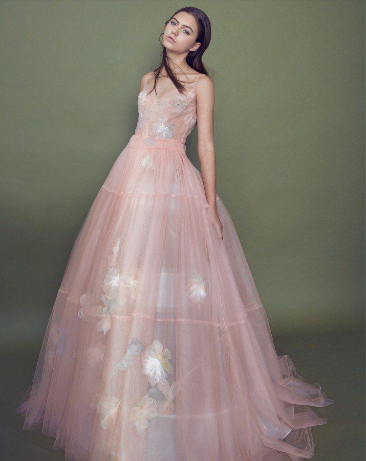 茱萸粉橘細肩帶V領花朵晚禮服。圖/LINLI BOUTIQUE提供