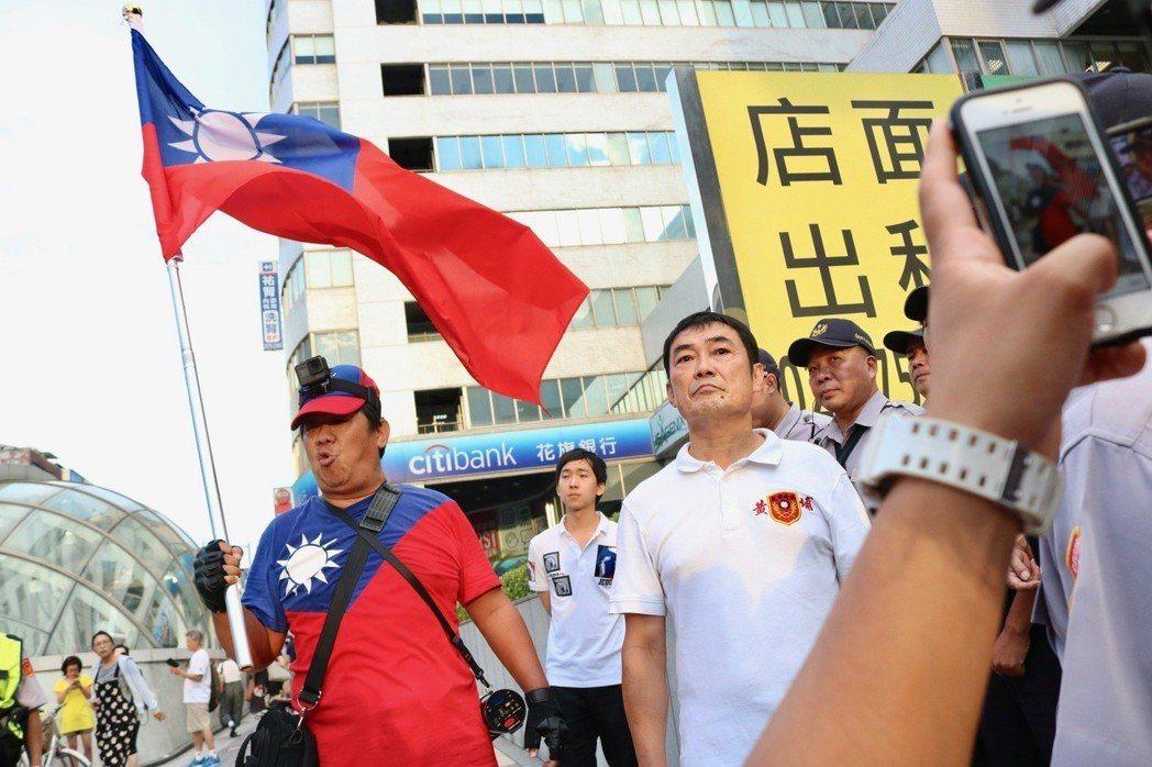 去年8月30日世大運閉幕,退役上校繆德生與藍天行動聯盟成員楊思聖帶著國旗強闖南京...