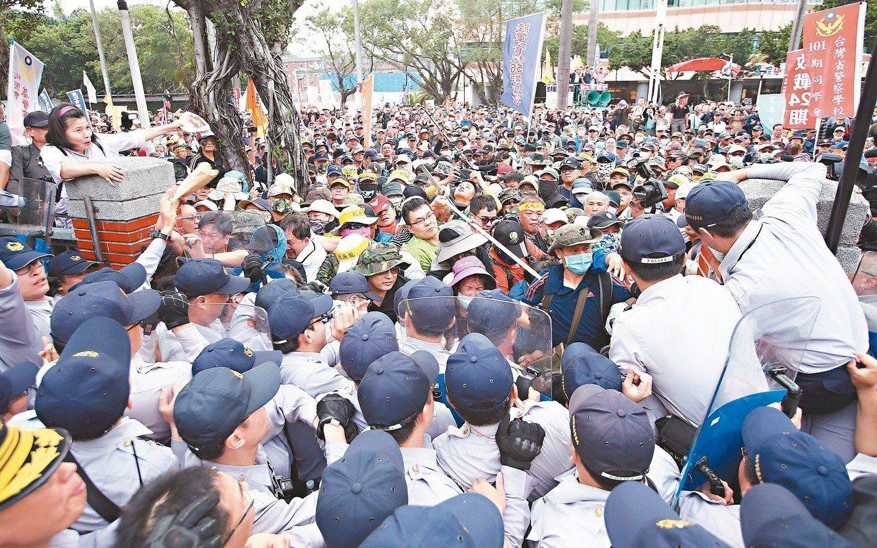警方企圖用人牆圍堵被攻破的大門,與大批陳抗人士爆發激烈推擠。 圖/聯合報系資料照...