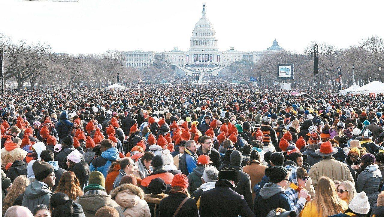 美國國會山莊前的大草坪,擠滿參加歐巴馬就職典禮的民眾。 (法新社)