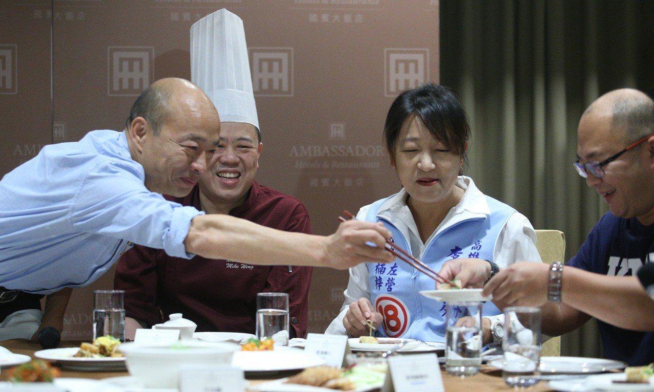 高雄市長韓國瑜在高雄國賓飯店試菜,為25日就職典禮茶敘酒會餐點先嚐鮮,他大讚高雄...