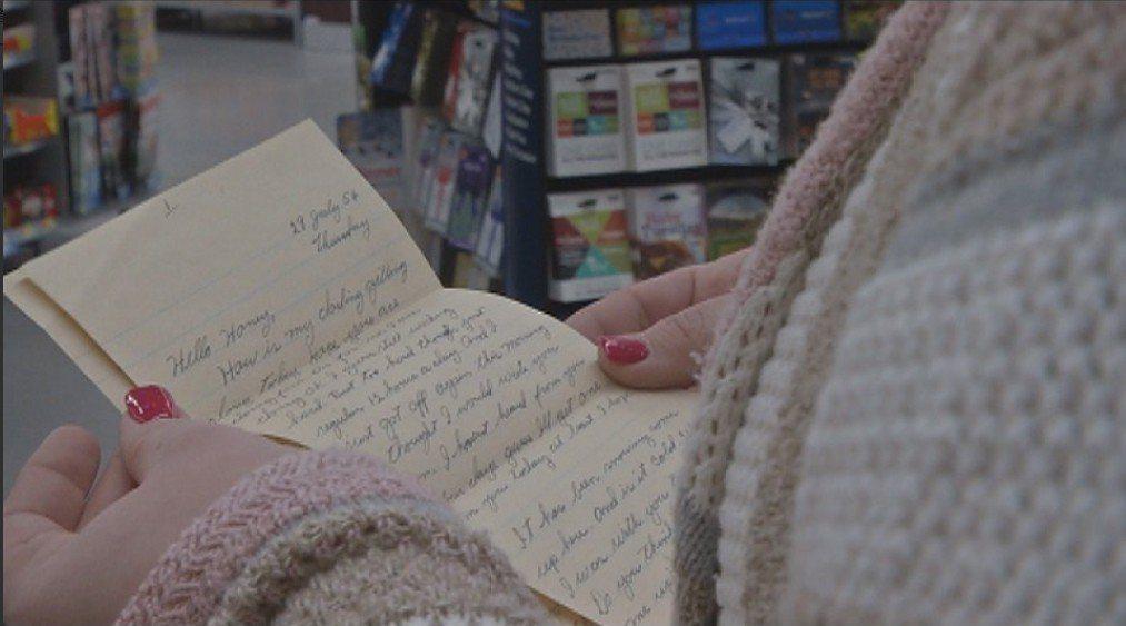 一封長達64年的情書,竟藏在賣場地板下?讓人百思不得奇解,這封信是怎麼到這裡的?...