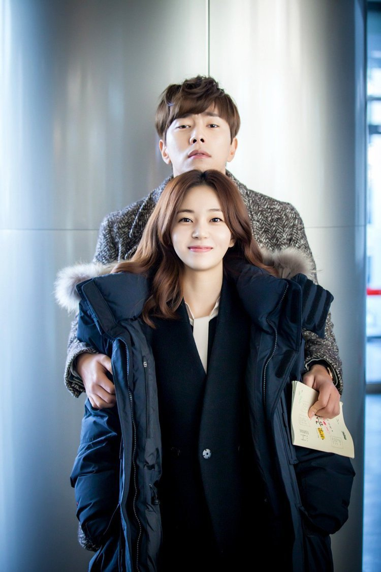 韓星白珍熙(前)、尹賢旻因演出《我的女兒琴四月》一戲定情。圖/中天提供