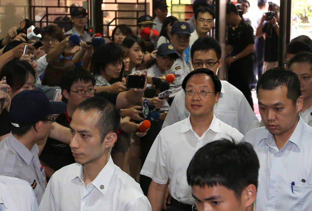 太陽花學運期間,警方以鎮暴警察驅離在行政院的學生。2014年7月,前行政院長江宜...