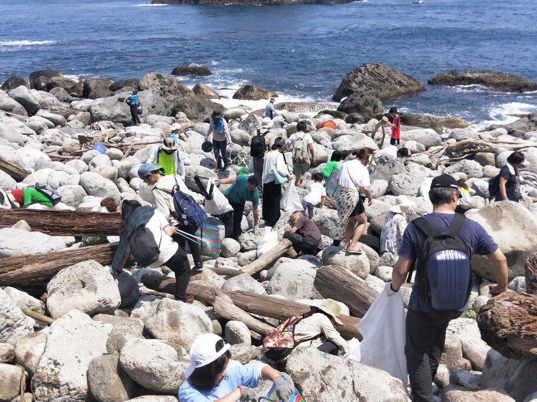 過去一年半以來,淨灘人數達將近40萬人次,海岸清理出的垃圾量達7443.25公噸...