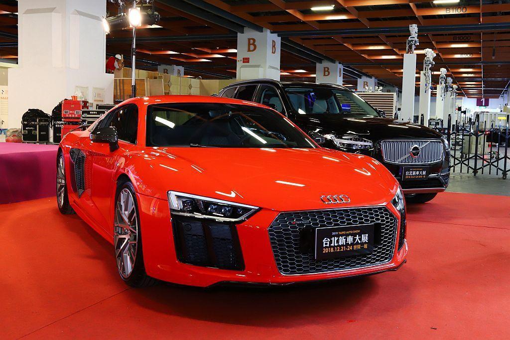 Audi當家性能旗艦超跑R8 V10 Plus(前)以及瑞典環保節能旗艦休旅車V...