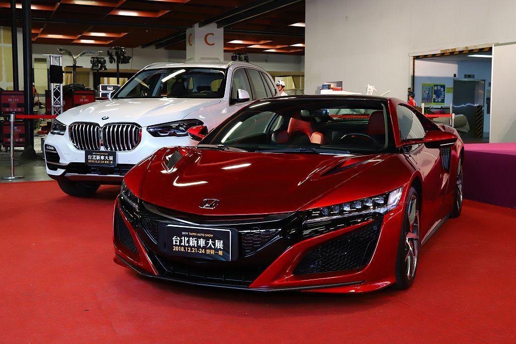 Honda新世代油電複合動力超跑NSX(前)和全新第四代BMW X5(後)。 記...