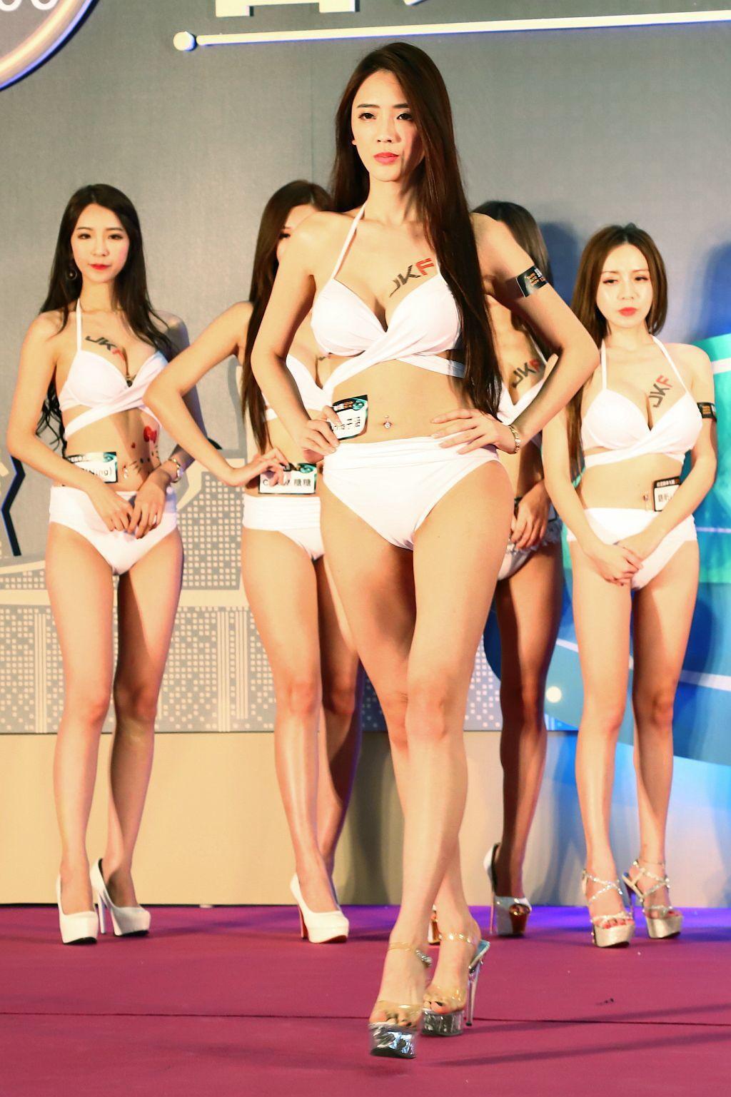 腿長擁有110cm,身材比例為九頭身的「子涵」。 記者張振群/攝影