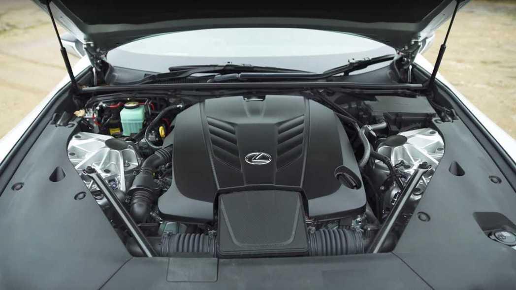 LC500則是5.0升V8自然進氣。 擷取自carwow影片