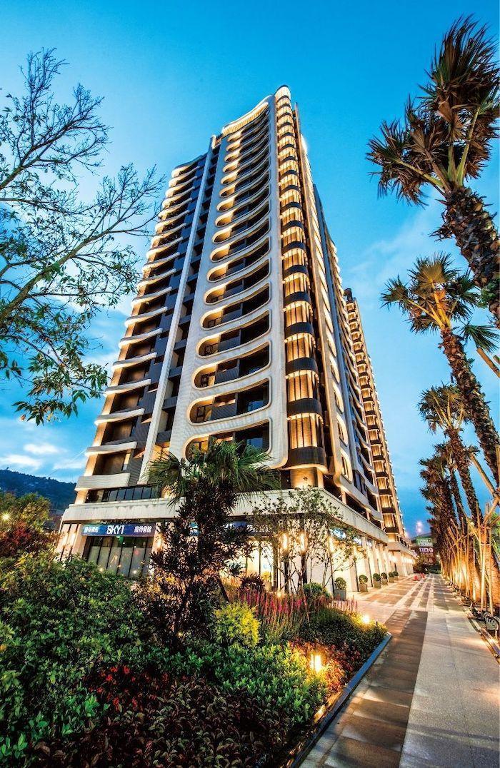 斥資千萬打造出洲子洋唯一杜拜風格的千坪中庭花園,全區種植20多棵棕櫚椰子樹,搭配...