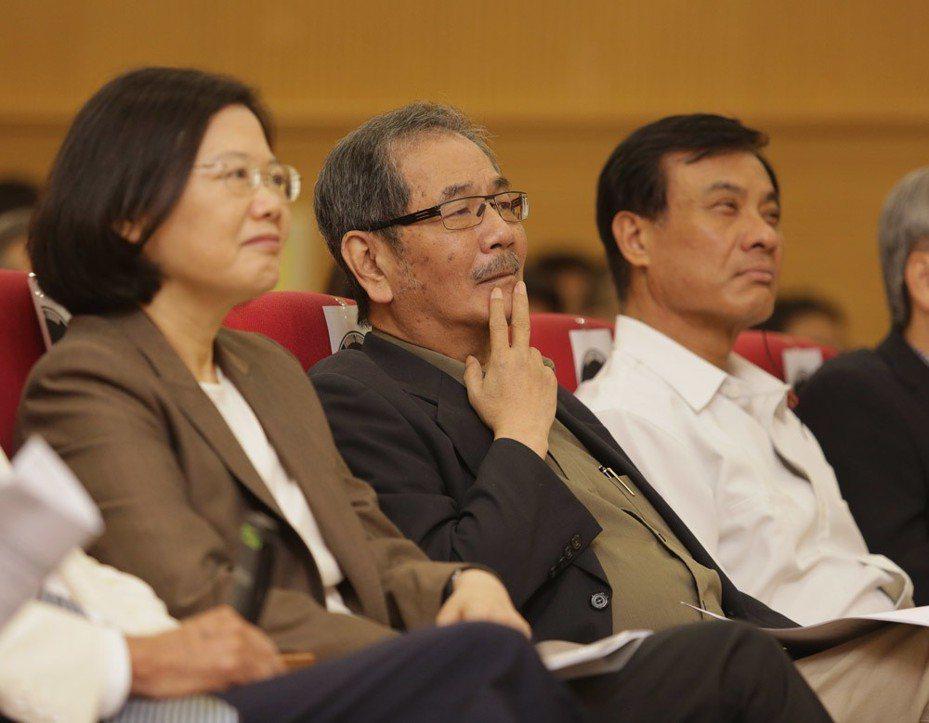 吳乃仁(中)的退黨動作,恐怕還是來自對蔡英文(左)的不滿。 本刊資料