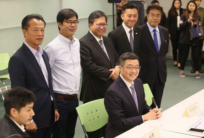 民進黨中生代菁英出場宣示,卓榮泰(前坐者)是他們的集體決定。 攝影/柯承惠