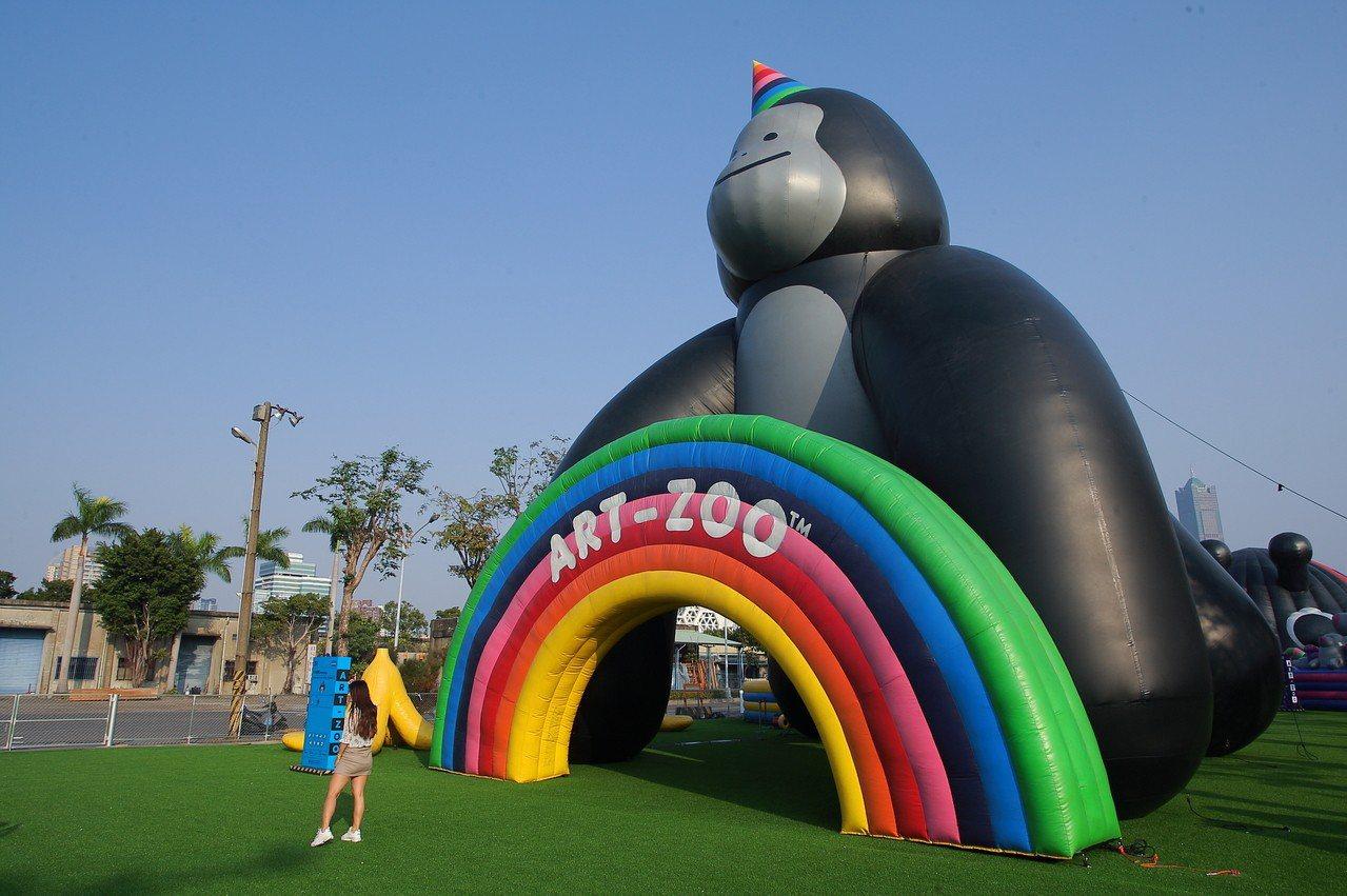 動物園入口處的巨型小金剛氣球。記者陳睿中/攝影