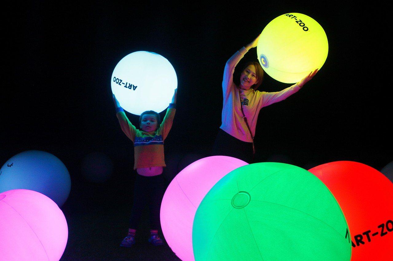 晚上在瓢蟲區內,可跟著變色氣球一起互動,魔幻感十足。記者陳睿中/攝影
