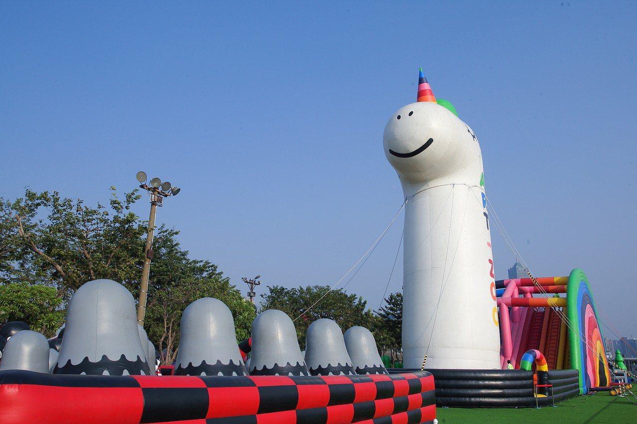 高達19公尺的獨角獸。記者陳睿中/攝影