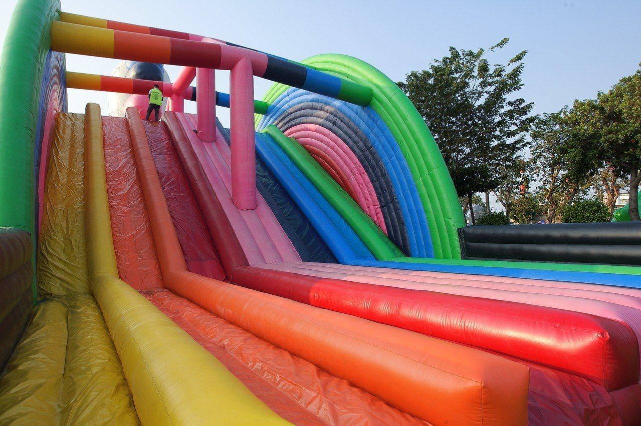 七彩的奇幻彩虹,能讓人享受溜滑梯的樂趣。記者陳睿中/攝影