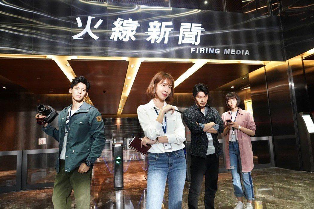楊謹華(左二)正拍攝「鏡子森林」。圖/民視提供