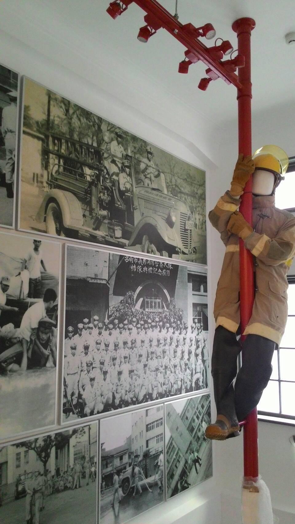 台南消防史料館,展出消防人偶滑桿出勤,牆面都是老照片。記者黃宣翰/攝影